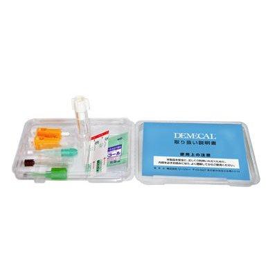 指先を針で刺し、容器に血液を採取し、その場で血液を血漿分離させます。