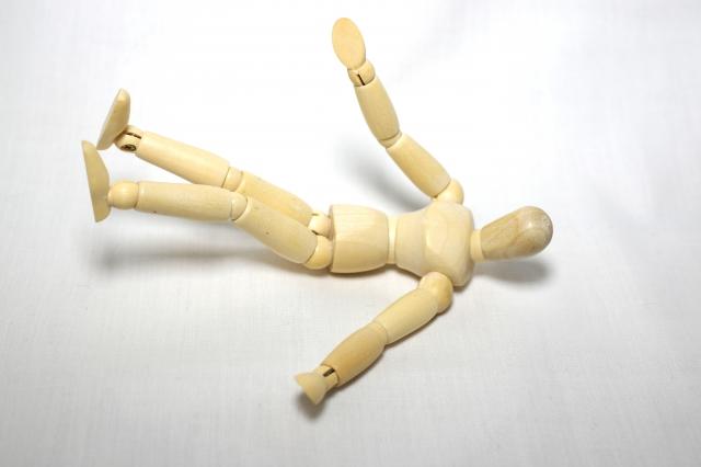 運動神経が障害されると、「手や足の力が入らない」「物をよく落とす」「歩行や駆け足がうまくできない・つまづくことが多い」「椅子から立ち上がれない」「階段が登れない」などの症状が起こります。