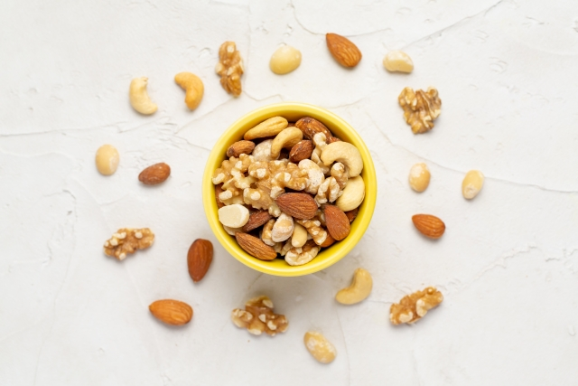 断食中もカロリーのない飲み物は飲んでいいし、空腹がつらい時は不飽和脂肪酸が豊富なナッツ類なら食べていいそうです